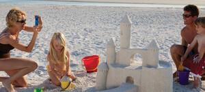 Sandburg einer Familie am Strand von Naples
