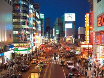 Nachts auf den Straßen in Tokyo