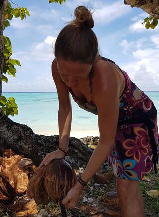 Cook Inseln Reisebericht - Aitutaki Beach Villas - Knacken einer Kokosnuss