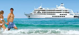 "Paar am Strand vor Kreuzfahrtschiff ""MV Reef Endeavour"" Captain Cook Cruises"