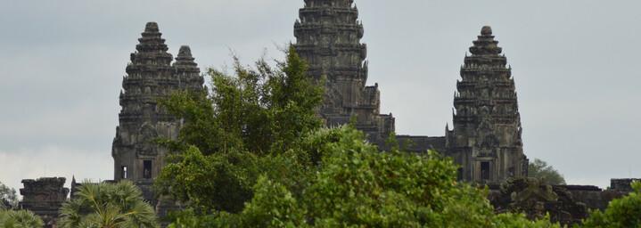 Vom Dschungel umgebener Tempel Angkor Wat