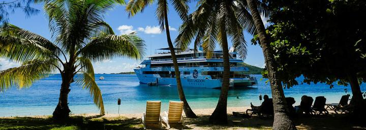 Kreuzfahrtschiff in Bucht - Blue Lagoon Cruises Fiji