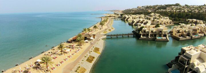 Strand des The Cove Rotana Resort