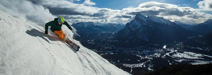 Skifahrer am Mount Norquay im Skigebiet Banff und Lake Louise