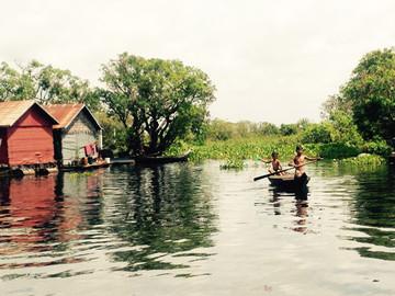 Reisebericht Kambodscha: Kinder in einem Boot auf dem Tonle Sap See