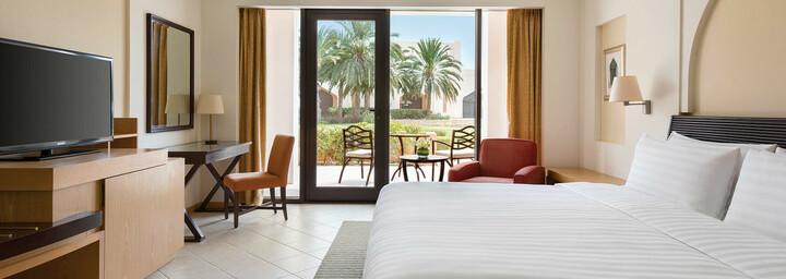 Deluxe Zimmerbeispiel des Shangri-La Al Bandar Hotel