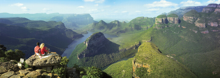 Paar genießt Ausblick über den Blyde River Canyon