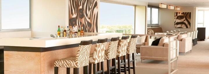 """Bar - """"Zambezi Queen"""" auf dem Chobe-Fluss"""