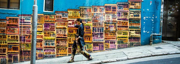 Hong Kong - Frau vor bemalter Wand