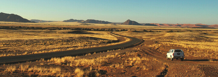 Auto in der Namib Wüste
