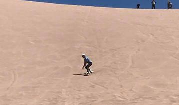 Unsere Reiseexpertin Sybille beim Sandboarden