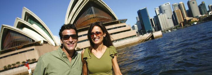 Paar auf einer Fähre vor der Oper in Sydney