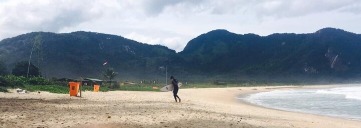 Surfer am Strand von Grumari
