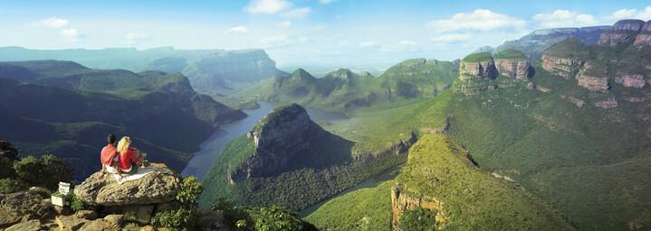 Paar mit Blick auf den Blyde River Canyon, Südafrika