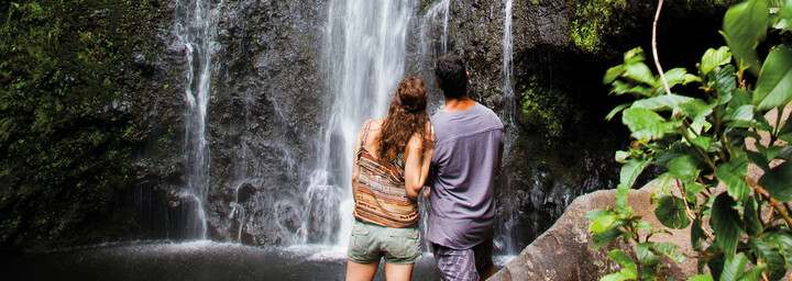 Paar am Wasserfall auf Big Island