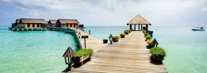 Overwater Villen des Gangehi Island Resort im Nord Ari Atoll